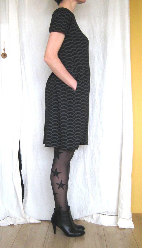 Robe jersey noir vagues côté