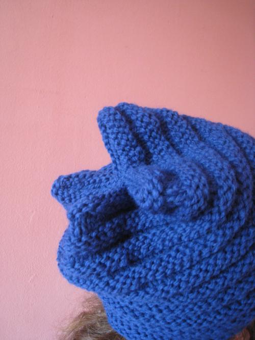 Bonnet bleu coutures