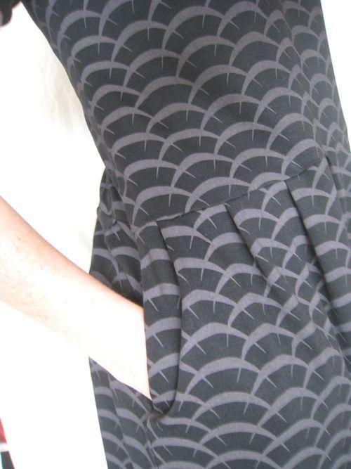 Robe jersey noir vagues poche